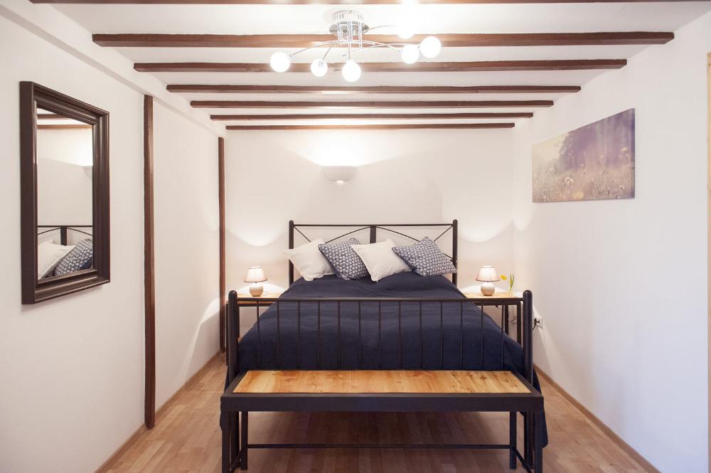 chambre, blue, lit double, confortable, gite, vacances,meubles en bois et métalgite avec spa nordique, spa suédoise, location vacances, appartement, chemine, poêle a bois, pour la famille, pour groupe des amis, bain nordique, jardin,gite a Vitrey sur Mance